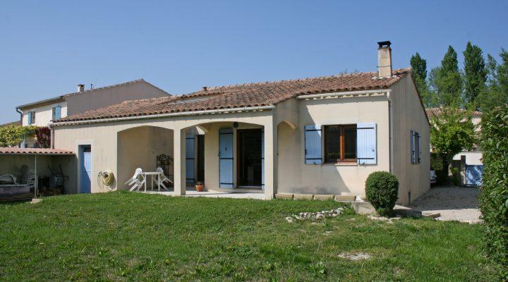 L'Isle-sur-la-Sorgue, Villa de plain-pied de 97m2 avec jardin et garage à 500m des quais.