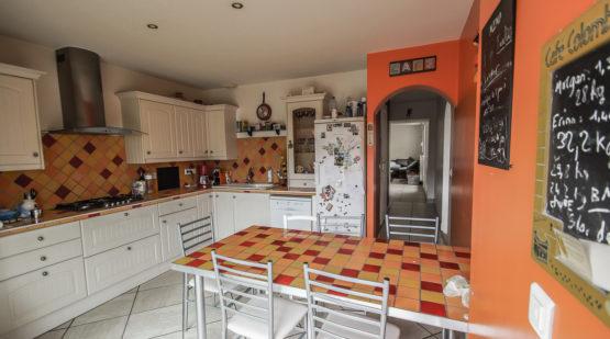 La cuisine, séparée, est aménagée et équipée. Une buanderie et des WC sont également disponibles à ce niveau.
