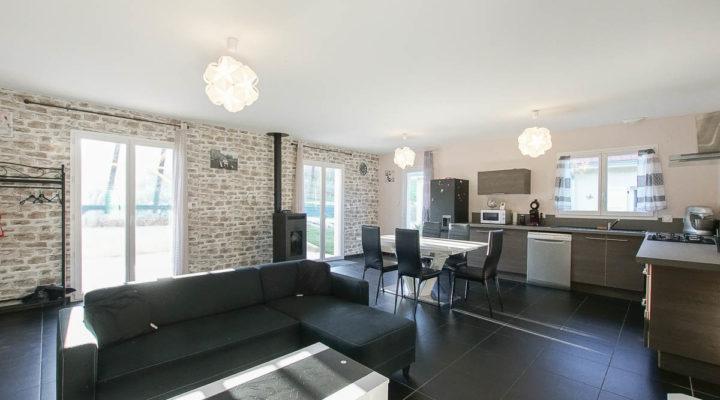 La Bâtie-Divisin, Belle maison plain-pied contemporaine de 84m², très lumineuse et économe