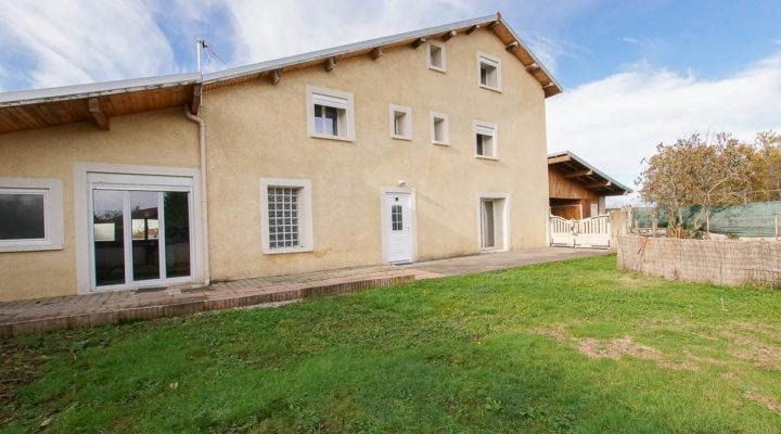 Image St-Siméon-de Bressieux, Charmante maison de 146m² entièrement rénovée, dotée de beaux volumes avec cour et jardin.