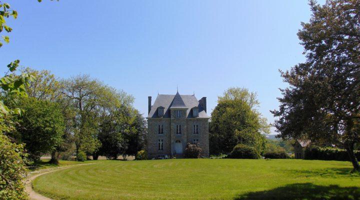Proche Fréhel, Vaste propriété avec dépendance sur terrain boisé.