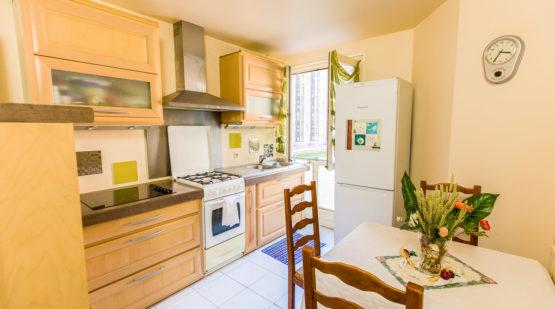 ce bel appartement parfaitement entretenu, au premier étage d'une résidence atypique, possède tous les atouts pour accueillir dans des conditions optimales chaque membre d'une famille.