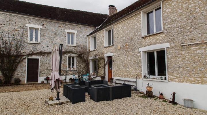 Proche La-Ferté-Gaucher, Corps de ferme rénové avec de grandes dépendances